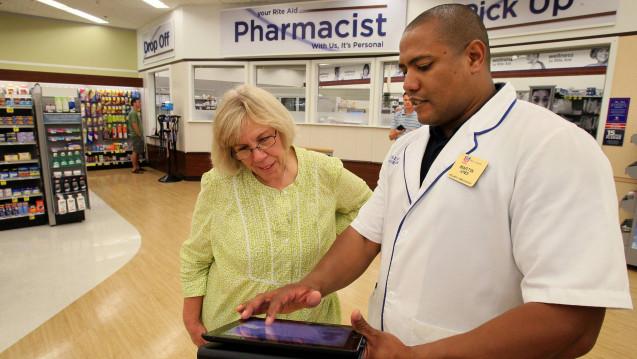 Die Apotheker beraten die Patienten auf Grundlage eines Bewertungsformulars, um festzustellen, ob ein Rezept medizinisch angebracht ist. ( r / Foto: Imago)