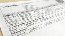 Apotheker können Patienten das ABDA-Merkblatt zum Medikationsplan mitgeben. (Foto. DAZ.online)