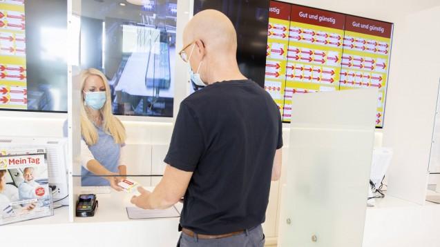 Auch unter erschwerten Bedingungen darf die Beratung in der Apotheke nicht zu kurz kommen. Doch wie gelingt die Kommunikation mit Maske und hinter Plexiglas? (m / Foto: imago images / photothek)