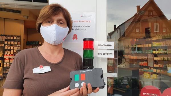 Hygiene-Richtlinien: Eine Ampel regelt in Lampertheim den Zugang zur Apotheke