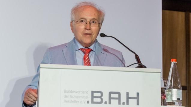 DAZ-Herausgeber Dr. Klaus G. Brauer wurde vom BAH geehrt. (Foto: BAH/Pietschmann)