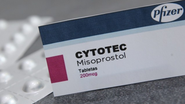Cytotec: Ein umstrittenes Fertigarzneimittel in der Geburtshilfe, obwohl die Datenlage für den Wirkstoff Misoprostol als gut gilt. (c / Foto: picture alliance / MAXPPP)