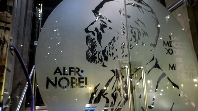 Alfred Nobel, hier abgebildet auf dem Eingang des gleichnamigen Museums in Stockholm, ist der Stifter der Nobelpreise. (Foto: imago images / ZUMA Press)
