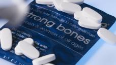 Vitamin D schützt vor Osteoporose – wirklich und jeden? Eine aktuelle Metaanalyse kratzt am Image des Knochenvitamins. (c / Foto: imago)