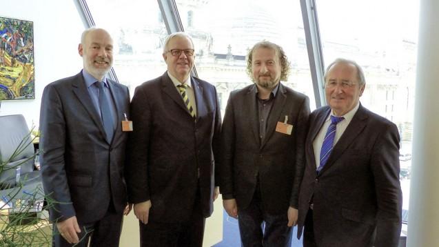 Im Gespräch: Die Spitze des niedersächsischen Apothekerverbandes hat sich Ende vergangener Woche mit Michael Fuchs und Hans-Werner Kammer (beide CDU) getroffen, um über die Folgen des EuGH-Urteils zu sprechen. (v.l.n.r.: Berend Groeneveld, MdB Michael Fuchs, Rolf Bruns, MdB Hans-Werner Kammer)
