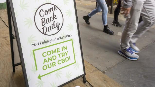 CBD erlebt derzeit einen weltweiten Hype (hier ein Plakat in New York), in Deutschland ist allerdings insbesondere bei Lebensmitteln die rechtliche Lage unklar. (c / Foto: imago images / Levine-Roberts)
