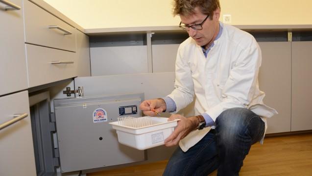 Einsatz für die Hanfmedizin: Manfred Fankhauser nimmt die Reinsubstanz Dronabinol aus dem Tresor seiner Apotheke. (Bilder: Bahnhof-Apotheke)
