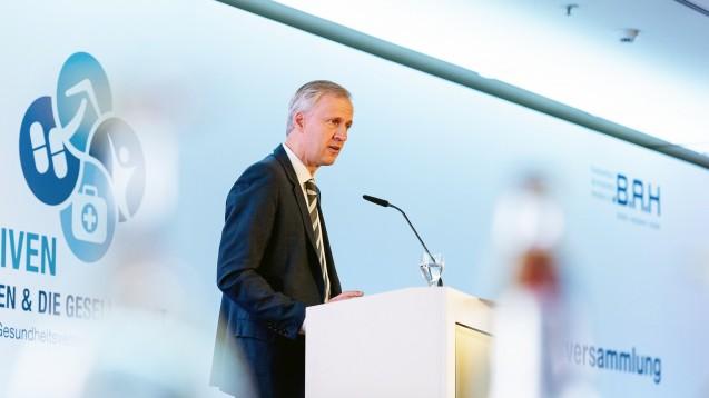 Thomas Müller, Leiter der Arzneimittel-Abteilung im BMG, wies bei einer Pro Generika-Veranstaltung darauf hin, dass der Preis nicht das einzige Versorgungskriterium im Arzneimittelmarkt sei. (b/Foto: BAH)