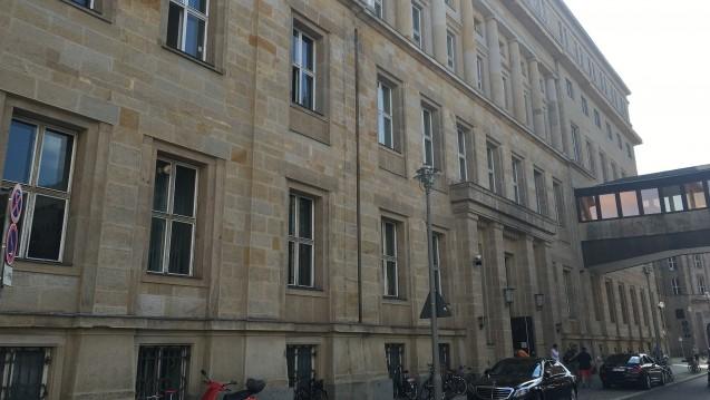 Sanierungsbedürftig: Das Bundesgesundheitsministerium will das ehemalige DDR-Innenministerium modernisieren und 2020 in die Mauerstraße 29 einziehen. (Foto: DAZ.online)