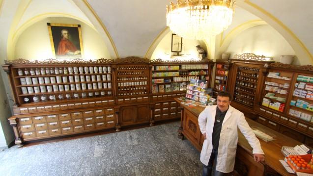 Apotheker Wolfgang Zormaier in seiner Hofapotheke zum Schwarzen Adler - die schönste Apotheke Deutschlands und älteste Offizin Bayerns. (Foto: Jäger)