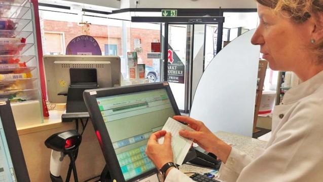 """Dr. Anke Lochmann von der Markt-Apotheke in Fröndenberg unterstützt gemeinsam mit den anderen örtlichen Apotheken die Initiative """"Unterstützung bei der Gesundheitsfürsorge – Fröndenberger für Fröndenberger"""". (m / Foto: Markt-Apotheke Fröndenberg)"""