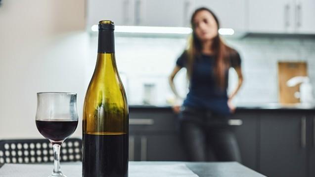 Es gibt erste Hinweise, dass während der Kontaktbeschränkungen durch Corona mehr Alkohol getrunken und mehr geraucht wurde. (m / Foto: Friends Stock / adobe.stock.com)