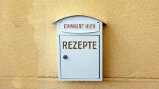 Nach dem Verbot der Rezeptsammelbox an der Außenwand einer Arztpraxis wurde dem Apotheker auch untersagt, die Rezepte dort abzuholen. (Foto: Alfonso de Tomás / Fotolia; Montage: jh / DAZ)
