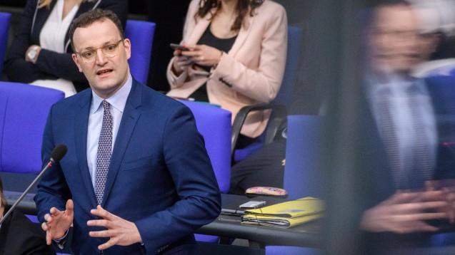 Jens Spahn stellte sich am gestrigen Mittwoch im Bundestag den Fragen der Parlamentarier. Die FDP-Abgeordnete Katrin Helling-Plahr hakte zum Thema Sterbehilfe nach. (t / Foto: imago images / Christian Spicker)