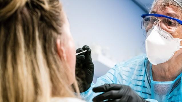 Wären die Apotheker bereit, in ihren Betrieben Menschen auf eine Infektion mit dem Coronavirus zu testen? (s / Foto: imago images / Hollandse Hoogte)