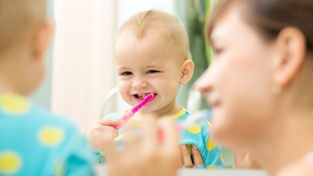 Lange waren sich Kinder- und Zahnärzte über die ideale Kariesprophylaxe im Säuglings- und Kleinkindalter uneinig.(Foto: Oksana Kuzmina / AdobeStock)