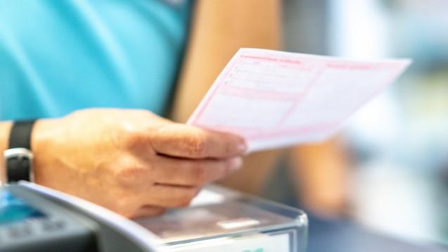 Die neue Pflichtangabe zur Dosierung muss sich in der Praxis noch einüben. Zumindest die Ersatzkassen wollen bis Ende 2020 auf Retaxationen verzichten, wenn sie fehlt. (x / Foto: cineberg / stock.adobe.com)