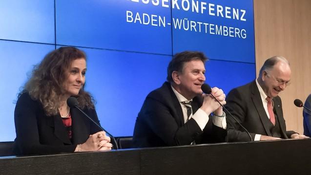 Tatjana Zambo, Vizepräsidentin des LAV Baden-Württemberg, Sozialminister Manne Lucha (Grüne) und Kammerpräsident Dr. Günther Hanke stellten am heutigen Donnerstag in Stuttgart das E-Rezept-Modellprojekt GERDA vor. (c / Foto: eda)