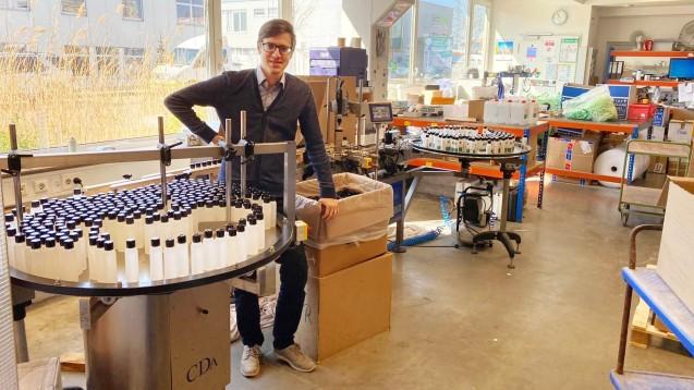 Apotheker Dr. Björn Schlittenhelm aus Holzgerlingen hat in den vergangenen Wochen eine groß angelegte Produktion von Desinfektionsmitteln ins Leben gerufen und versorgt nun Arztpraxen in seiner Region. (Foto: privat)