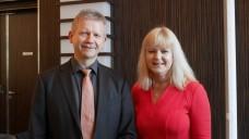 Der Vorsitzende des Apothekerverbands Mecklenburg-Vorpommern Axel Pudimat freute sich, dass es mit dem Besuch von Claudia Korf, Geschäftsführerin Ökonomie der ABDA, nach mehrfachem Anlauf endlich klappte - und das in turbulenten Zeiten. (s / Foto: rr/DAZ)
