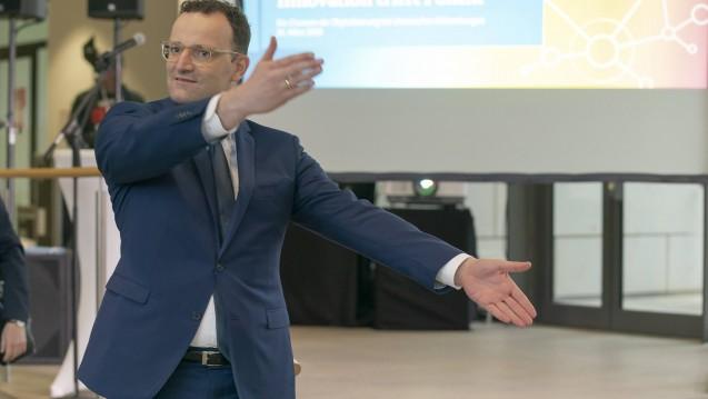 Da geht's lang! Das Ministerium von Bundesgesundheitsminister Jens Spahn (CDU) hat nochmals an der Begründung des geplanten Rx-Boni-Verbots im SGB V gefeilt. (c / Foto: imago images / Günther Ortmann)