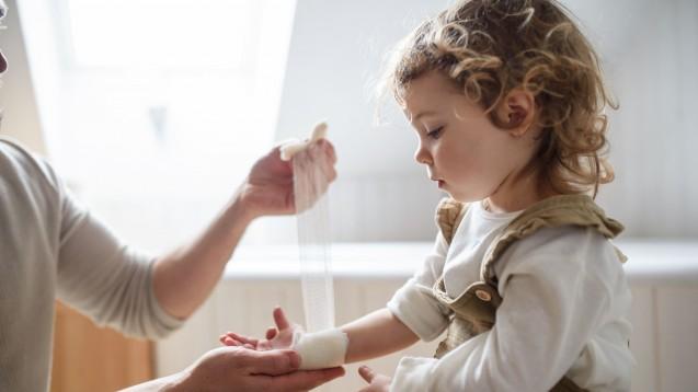 Was gehört in eine Notfallapotheke für kleine Kinder? (s / Foto: Halfpoint / stock.adobe.com)