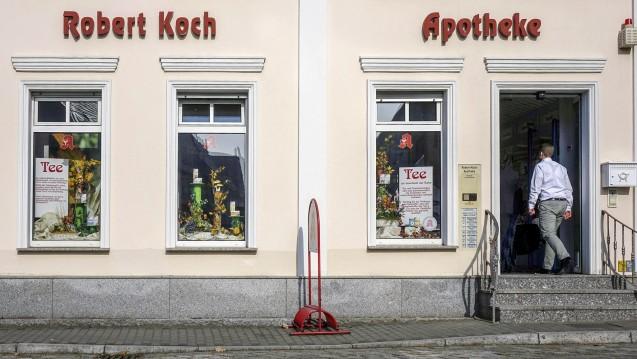 Die Robert-Koch-Apotheke (hier ein Bild aus dem Jahr 2017) war die einzige Apotheke im kleinen brandenburgischen Ort Niemegk. Seit Mai dieses Jahres ist sie geschlossen. Nun können Rezepte in einer Rezeptsammelstelle am Rathaus abgegeben werden. (Foto: imago images / Steinach)