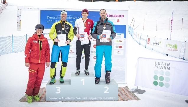Sieger in der Klasse Apotheker (Jahrgang 1969-1978) Platz 1: Christian Schierle (Mitte), Platz 2: Dr. Olivero Kast (rechts),Platz 3: Mathias Burgstaller (Zweiter von links), Fanny Chmelar (links, ehemalige deutsche Skirennläuferin). (Foto: Sanacorp)