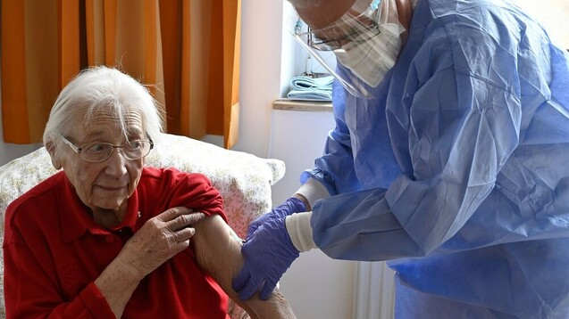 Pflegeheimbewohner:innen, bei denen die COVID-19-Impfung schon mehr als sechs Monate zurückliegt, können sich in Bayern bereits erneut impfen lassen. (b / Foto: IMAGO / Ralph Lueger)