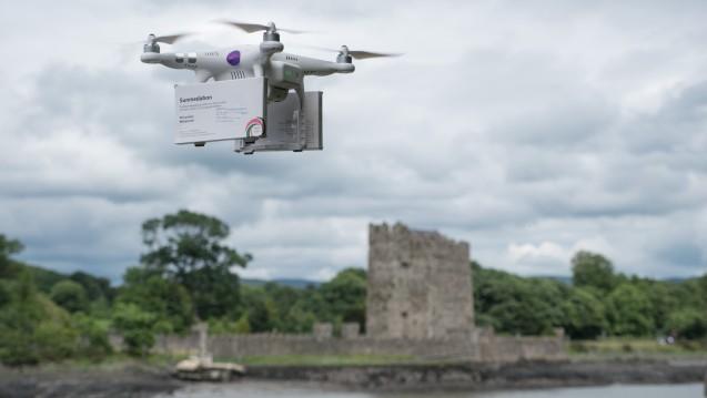Abtreibungspille via Drohne: Frauenrechtsaktivistinnen haben eine Drohne mit Mifegyne bepackt und sie von Irland nach Nordirland über den Newry River geschickt. (Foto: Marc Godefroy)