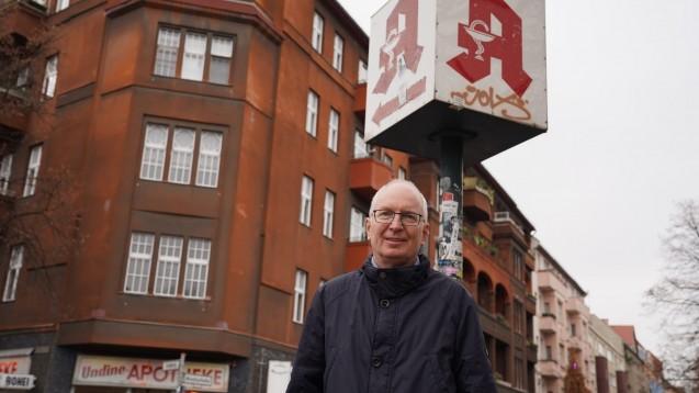 Andreas K. vor seiner früheren Apotheke in Neukölln. Heute werden in den Räumen Secondhand-Kleidung und allerlei schöne Dinge verkauft. (c / Foto: ADF international)