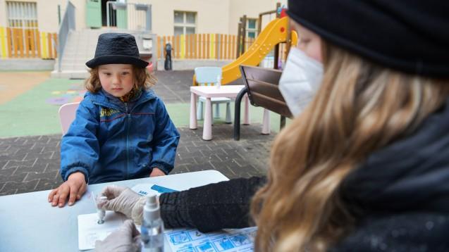 """""""Über die neuen Gefahren bei B.1.1.7 für Kinder und Eltern wird nicht viel geredet, weil sonst Schule nicht sicher schiene. Wir dürfen das aber nicht verschweigen. Es geht auch um die Sicherheit der Kinder selbst"""", twitterte am 12. April 2021 Karl Lauterbach. (c / Foto: IMAGO / CTK Photo)"""