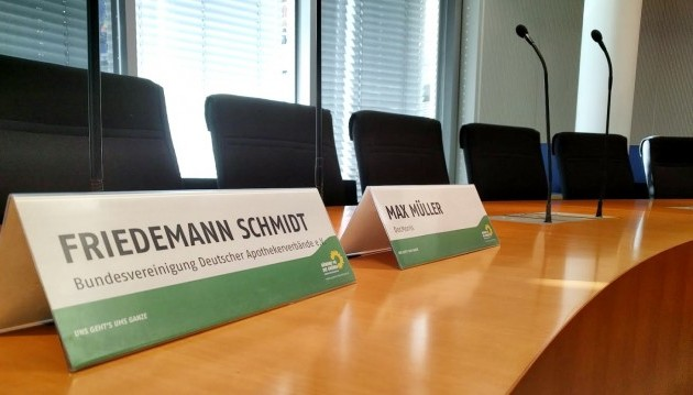 Die Grünen-Fraktion im Bundestag hat es geschafft, den ABDA-Präsidenten Friedemann Schmidt und DocMorris-Vorstand Max Müller an einen Tisch zu bringen. So schlecht war die Stimmung gar nicht. In den vergangenen zwölf Jahren haben Gespräche zwischen der ABDA und DocMorris nur vor Gericht stattgefunden. Am heutigen Montag trafen ABDA-Präsident Friedemann Schmidt und DocMorris-Vorstand Max Müller erstmals wieder aufeinander. Die Gesprächsatmosphäre war besser als gedacht, inhaltlich kommen die beiden aber nicht auf einen Nenner.(Foto: Grünen Fraktion)