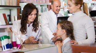 Kleine Erkältungspatienten in der Apotheke