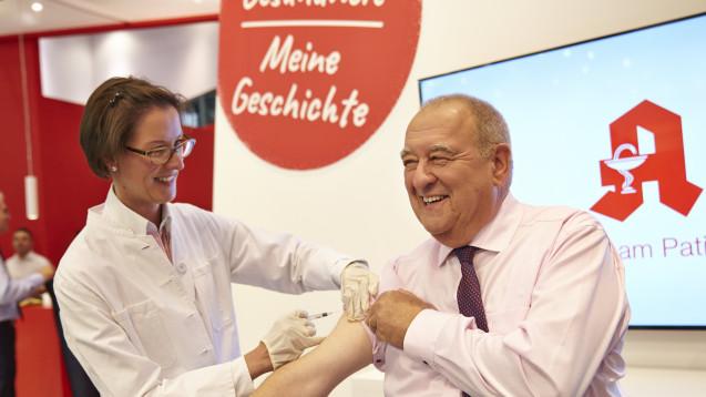 Fritz Becker ließ sich im Rahmen der Expopharm gegen Grippe impfen. (Foto: ABDA / Hinz)