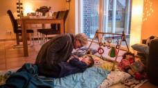 Die Pflege ihrer schwerkranken Kinder ist eine große Belastung für deren Eltern. Mitarbeiter von Kinderhospizen wollen sie zumindest vorübergehend entlasten. (Foto: Bernd Thissen / dpa)