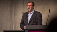 Dr. med. Helmut Hoffmann-Menzel hob in seinem Vortrag auch immer die psychische Komponente in der Schmerztherapie hervor. (Foto: Schelbert / DAZ.online)