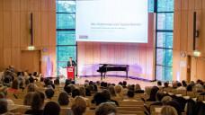 Dr. Andreas Ziegler, Apotheker und Wissenschaftsjournalist, startete den diesjährigen Rezepturgipfel mit seinem Vortrag. (Foto: Hugger / DAZ)