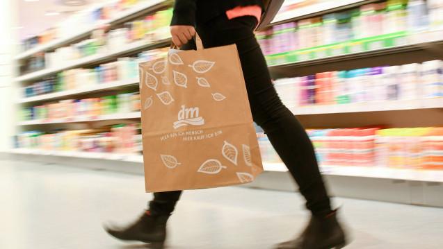 dm freut sich über steigende Umsätze. Die Kooperation mit der Versand-Apotheke Zur Rose setzt die Drogeriemarkt-Kette fort. (Foto: dm)