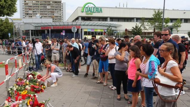 München in Trauer: Beim Olympia-Einkaufszentrum kam es am Freitag zu einem Amoklauf. Apotheker halfen, so gut sie konnten - im Einkaufszentrum sowie auch in einer Filiale in der Nähe. (Foto: picture alliance)