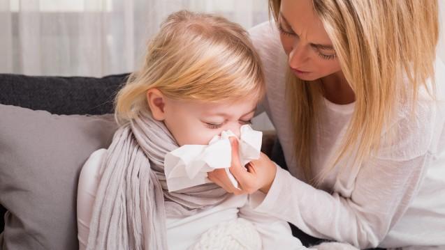 Wenn Kinder erkältet sind, können Erwachsene meist nur mit Zuwendung helfen. (c / Foto:Kaspars Grinvalds /stock.adobe.com)