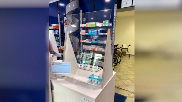 Die Apothekerin Dorothee Kratzhat sich insgesamt sechs mobile Plexiglasscheiben für die Bedienplätze am HV-Tisch von einem Schreiner anfertigen lassen, jeweils drei in ihren beiden Apotheken.(Foto: privat)