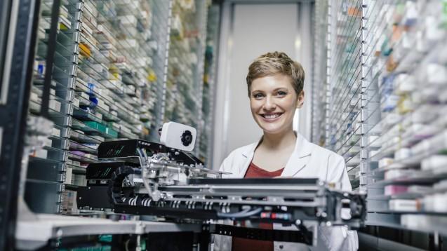 Auch Kommissionierer sollen für Securpharm fit gemacht werden – aber Pflicht ist das nicht, betonen Automatenhersteller und Softwareanbieter. (c / Foto: Mareen Fischinger / imago)