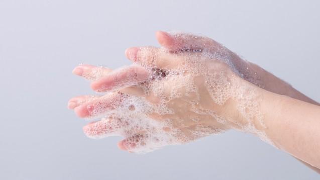 Aktuell ist das Händewachen vor dem Aufsetzen und nach dem Abnehmen einer Maske sinnvoll. (Foto: RomixImage / AdobeStock)