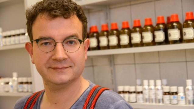 Ein langer Weg, nun endlich angekommen: Apotheker Sven Pritzkoleit stellt zehn Düfte auf der Parfümmesse in Düsseldorf vor. (Bilder (2): diz / DAZ.online)