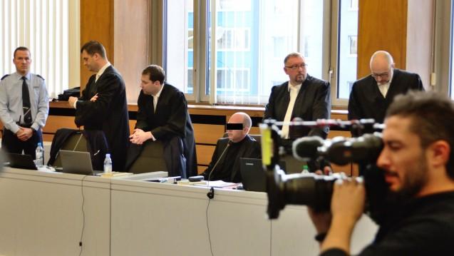 Der Angeklagte Peter S. sagt weiterhin nichts. Dafür erklärten seine Verteidiger am zweiten Verhandlungstag, die Analysen der Proben seien unhaltbar und die Staatsanwaltschaft habe Schwarzmarkteinkäufe nicht erfasst. (Foto: hfd / DAZ.online)