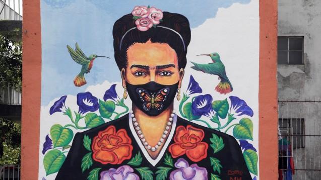 Frida Kahlo, würde sie in unserer Zeit leben, hätte sie Masken wohl so stolz getragen, wie kaum jemand anderes. Warum? Das erfahren sie im heutigen Rätsel. (Foto: Leonardo Casas / imago images/Cover-Images)