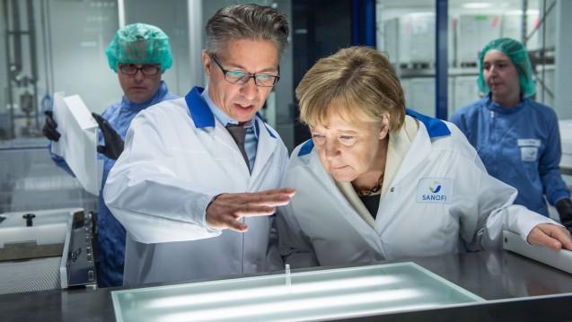 Bundeskanzlerin Angela Merkel informiert sich bei Sanofi über die aseptische Abfüllung von Arzneimitteln. (Foto: Sanofi)
