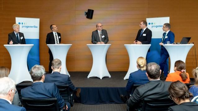 Pro Generika-Vorsitzender Wolfgang Späth, Michael Hennrich (CDU), Moderator Elmar Esser, BfArM-Präsident Karl Broich und Morris Hosseini (Roland Berger) (v. li. n. re.) diskutierten über die Möglichkeiten, die Antibiotikaproduktion nach Europa zurückzuholen. ( r / Foto: @sveapietschmann)