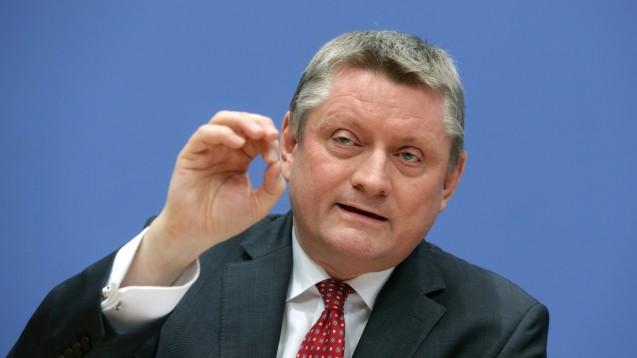 Nach schlechten Erfahrungen mit der Selbstverwaltung der Kassenärzte will Bundesgesundheitsminister Hermann Gröhe die Regeln für die KBV verschärfen. (Foto: dpa / picture alliance)
